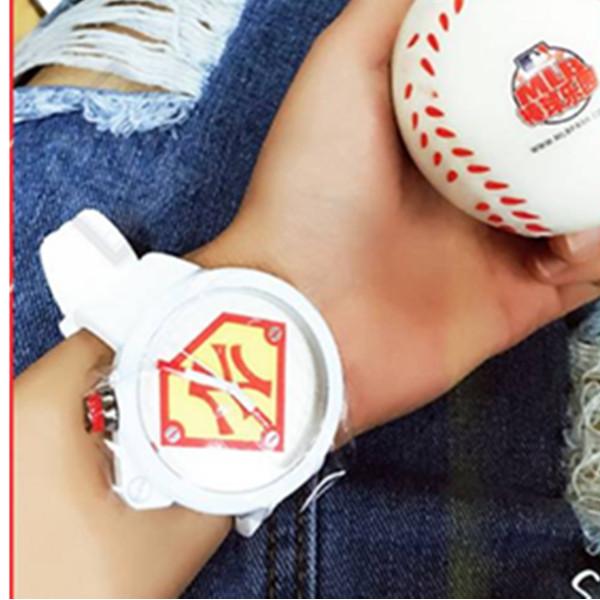 运动感!MLB WATCH 时代广场红色NY白色橡胶表带石英表 331.12元包邮(需用券)